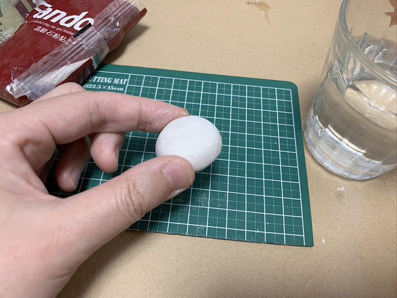元型となるクラゲを粘土で制作