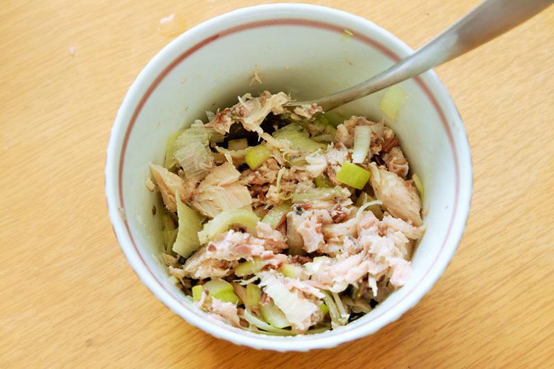 サバ缶をほぐし、長葱と混ぜておく