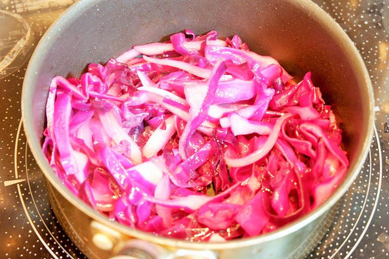 紫キャベツ、玉葱はスライスし、エキストラバージンオリーブオイルを熱した鍋でしんなりするまで炒める