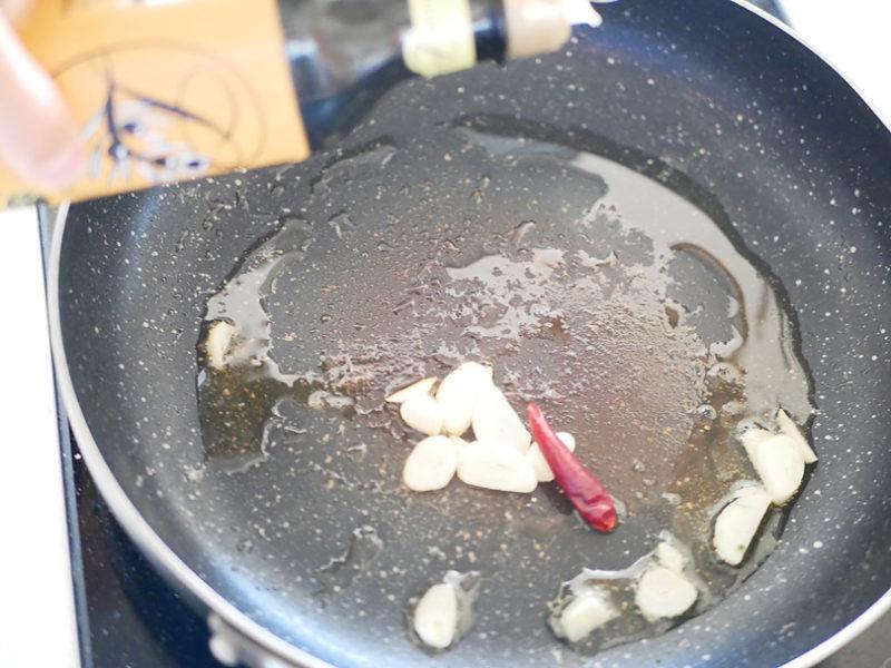 フライパンにオリーブオイル、にんにく、鷹の爪をいれてオイルに香りを移します