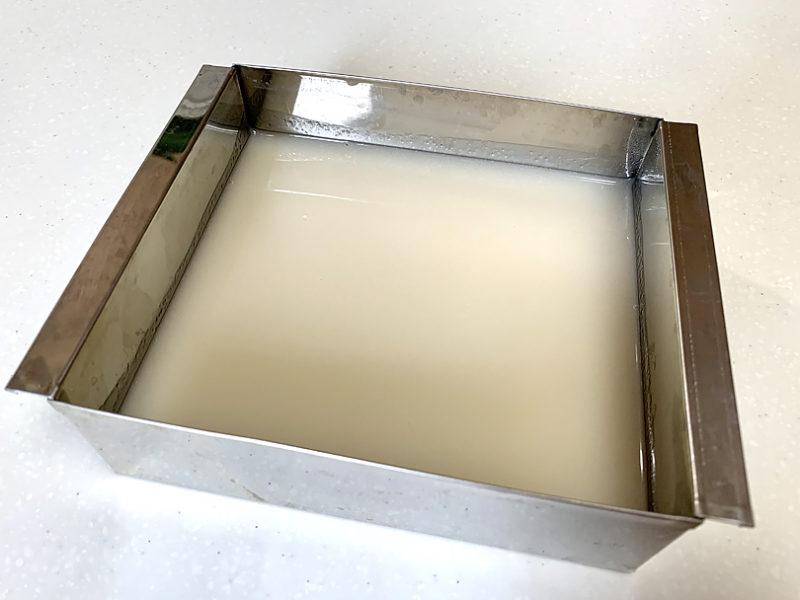 寒天流し器や密封容器などに流し入れ冷蔵庫で1~2時間ほど冷やす