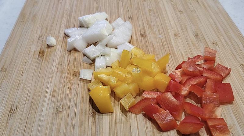パプリカ、玉ねぎを1cm角に切ります