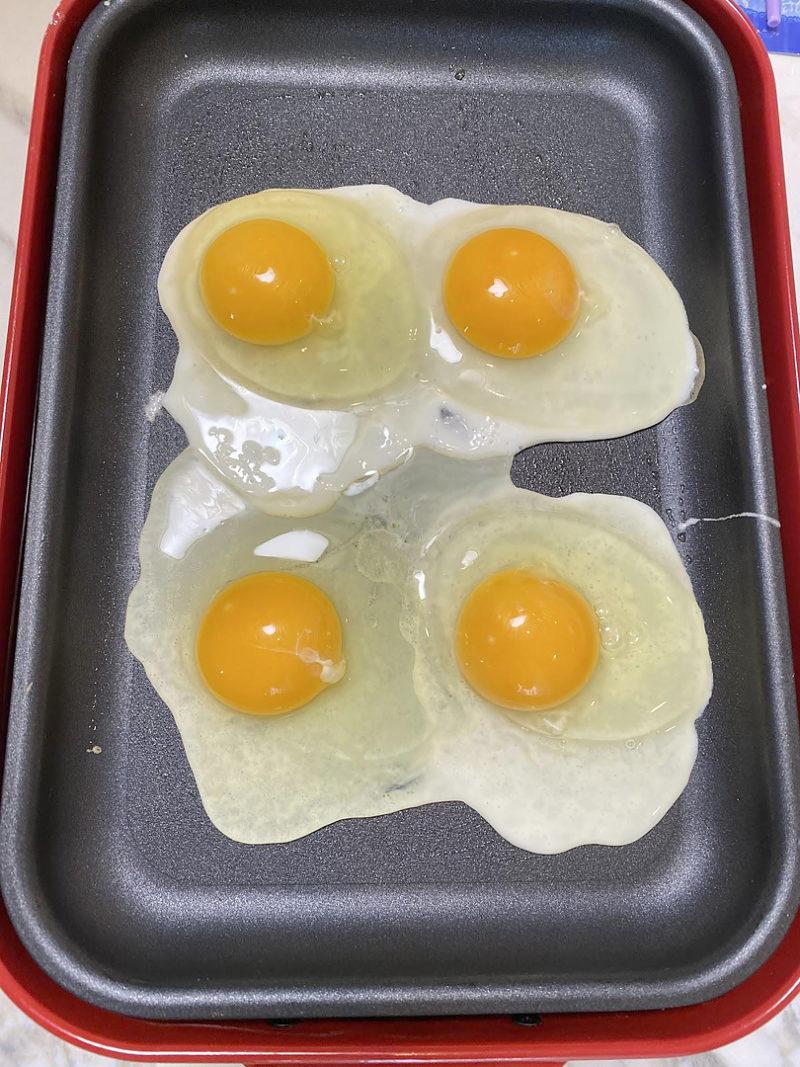 卵を4個直接落とす