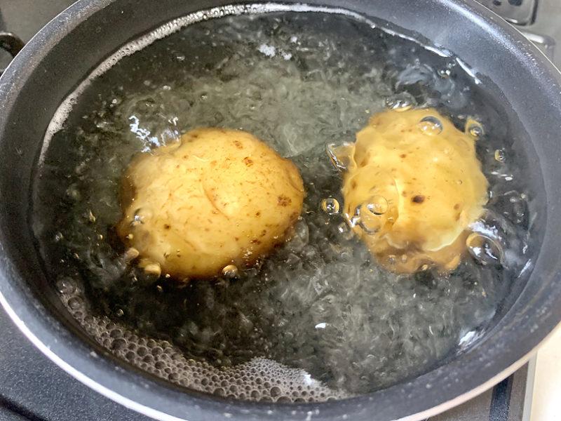 皮つきのままたっぷりの水を入れた鍋に入れ、中火にかける