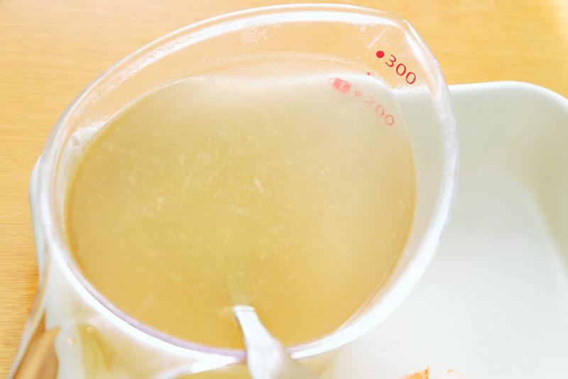 固形コンソメを溶かしスープを作る