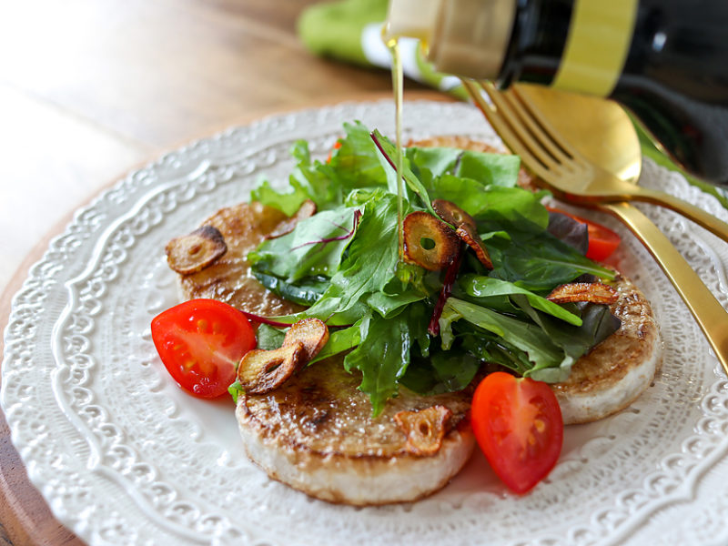 オリーブオイルを使ったサラダ仕立ての大根ステーキ
