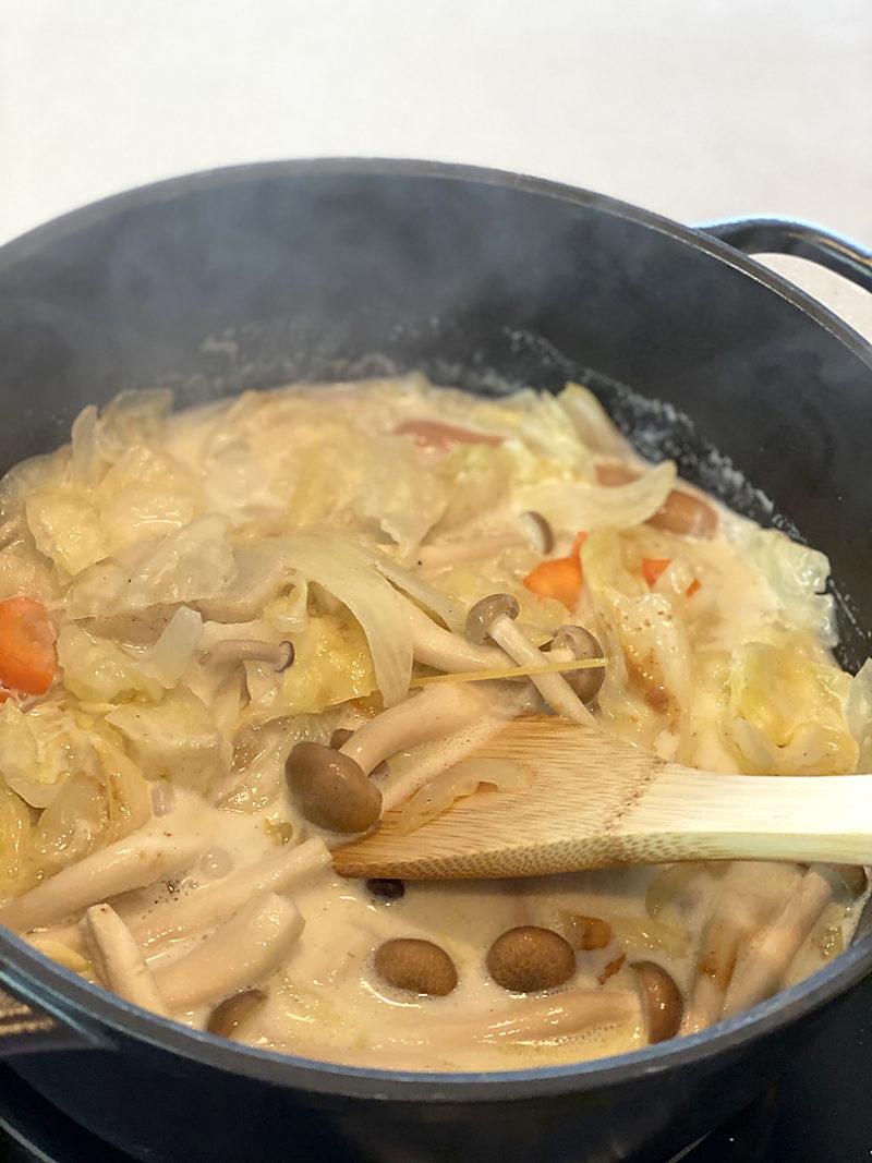 炒めた野菜、ウインナー、砂抜きしたあさりや貝類を入れてます