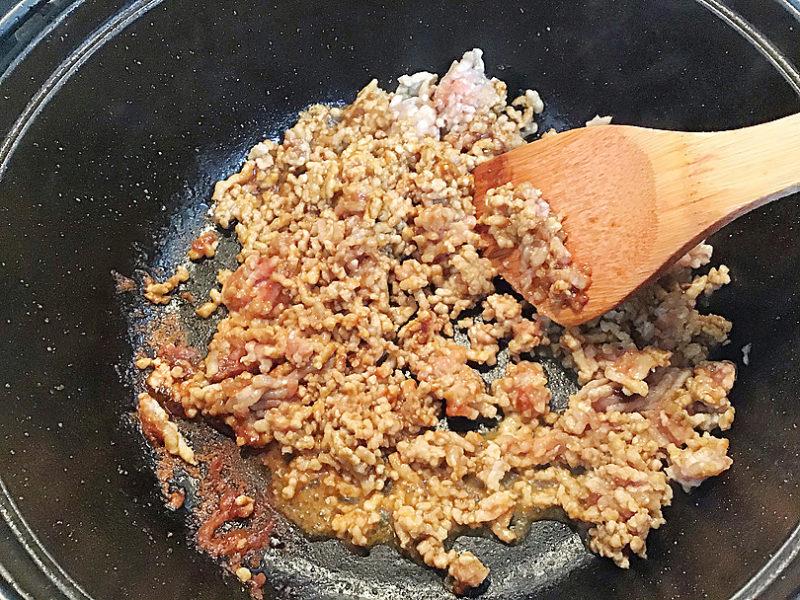 ひき肉と日本酒を入れて炒める