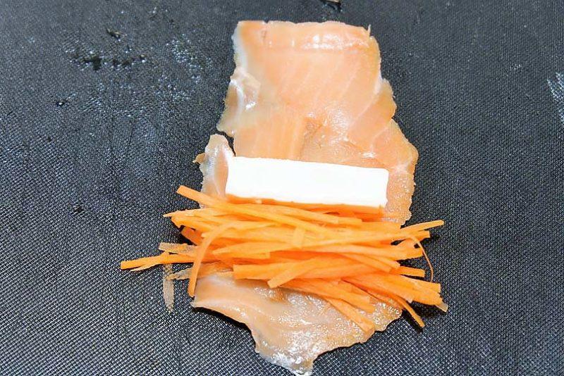 クリームチーズをのせ、手前から巻く