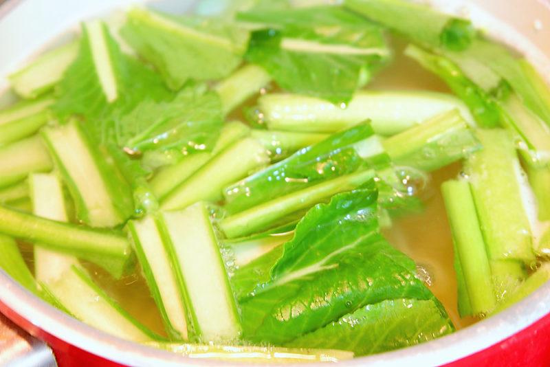 小松菜の茎の部分を入れ、一緒に茹でる