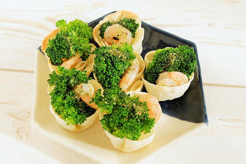 餃子の皮カップでブロッコリーと海老のマリネ