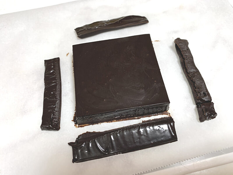 包丁をコンロであぶるなどして温め、4片を5mmほど切り落とす