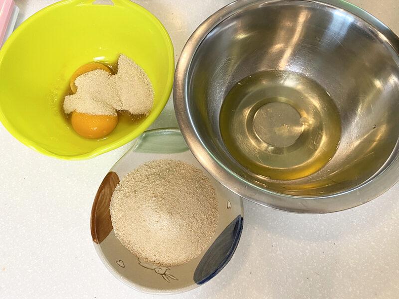 卵黄と卵白を分けてボールにいれる