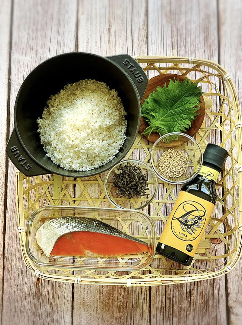 紅鮭と塩昆布のオイルおにぎりの作り方