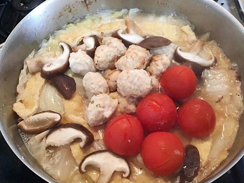 白菜がトロトロになったら、ミニトマトを入れる
