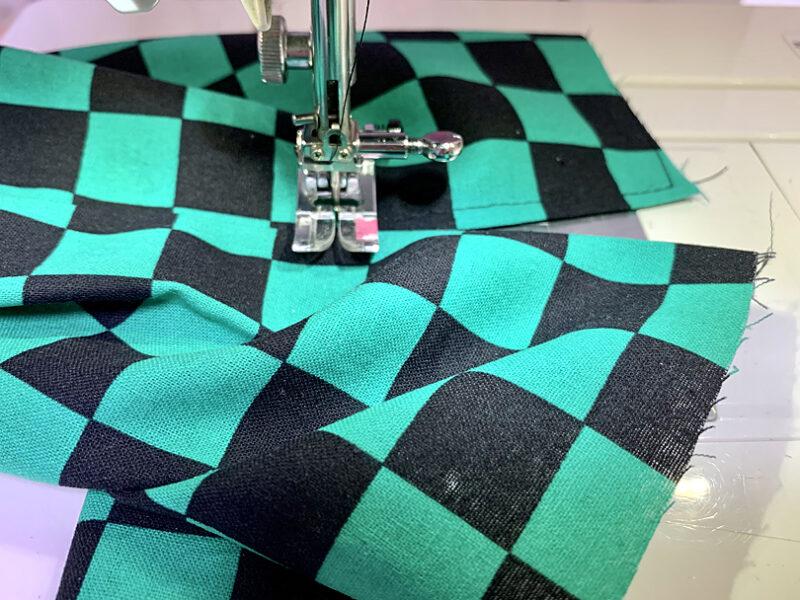左右対称になるところまで縫い進む