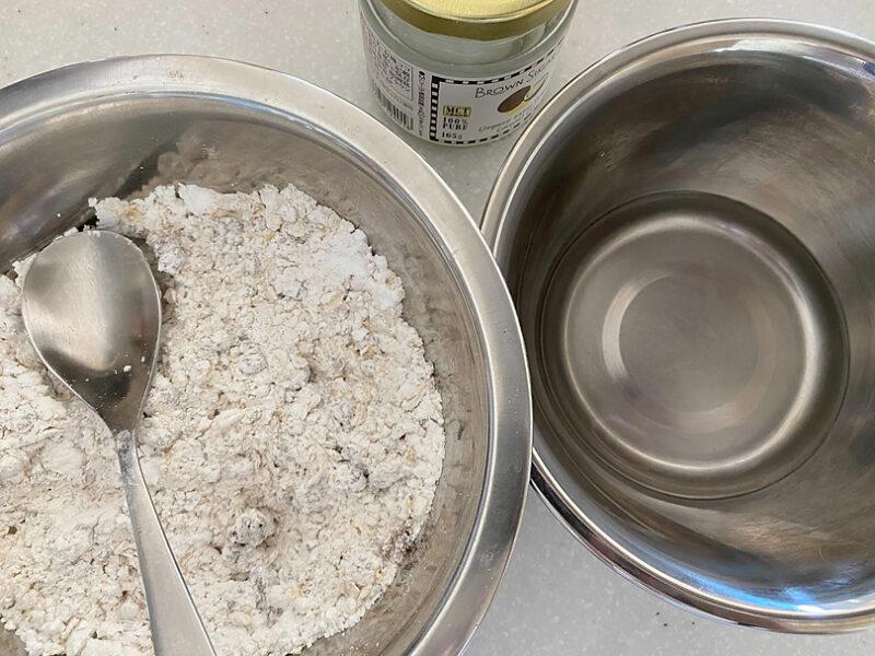 卵、ココナッツオイル、オリーブオイルをいれて混ぜる