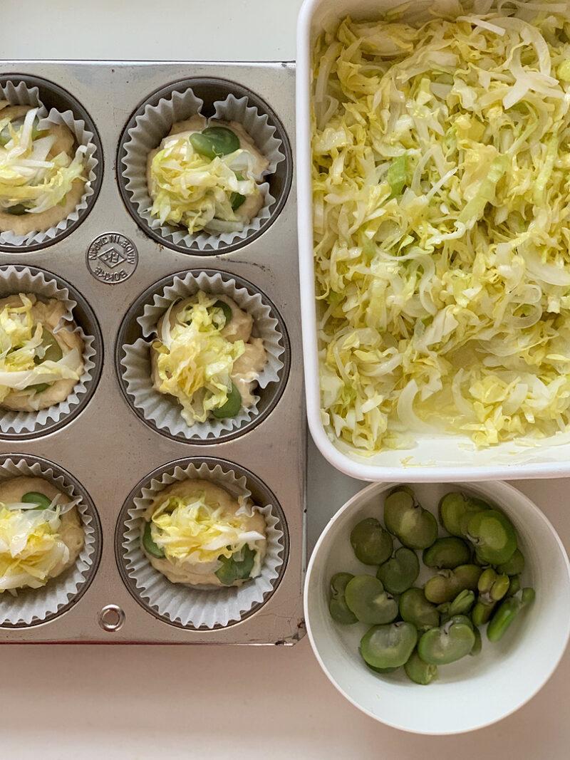 クリームチーズ、そら豆、ひと手間具材をのせる