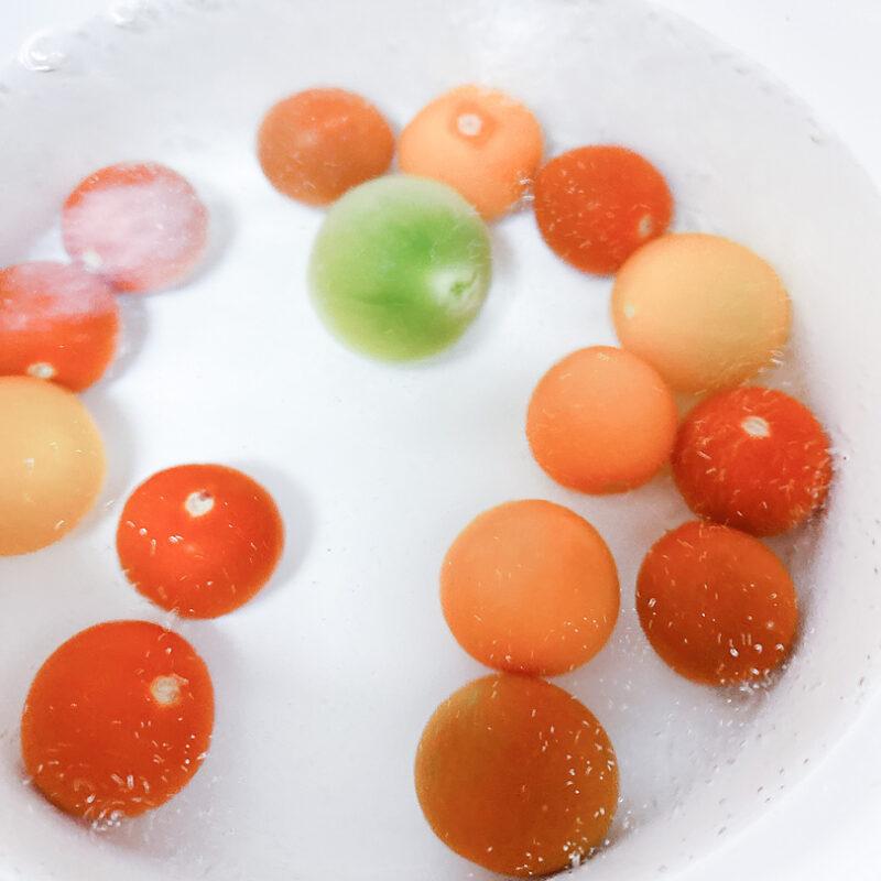 トマトを入れサッと茹でる