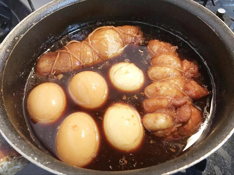 チャーシューを煮た煮汁を冷ましてから漬け込みます