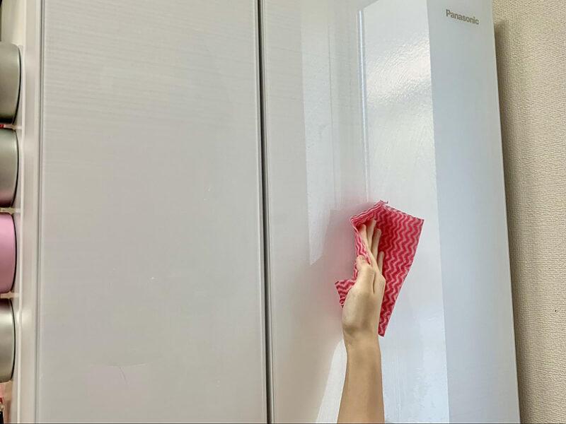 冷蔵庫表面の汚れを拭き取りキレイにします