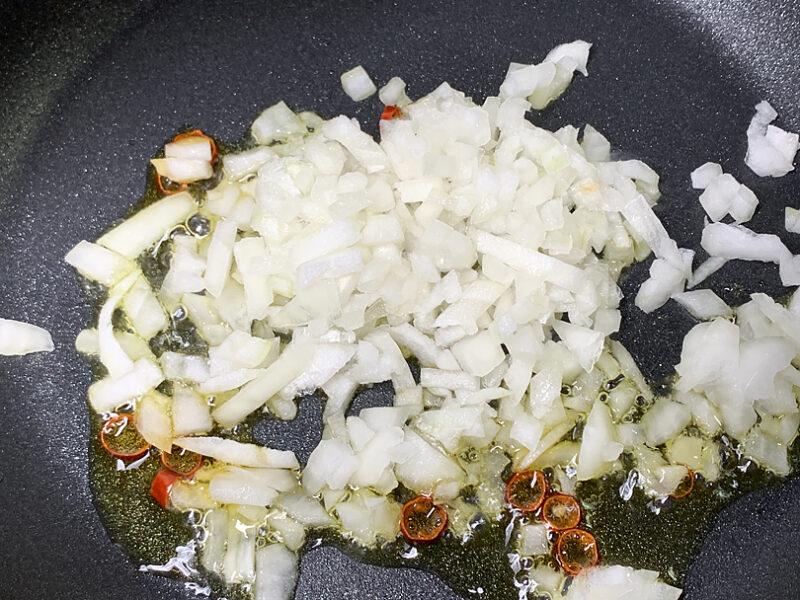 玉ねぎを炒めていきます