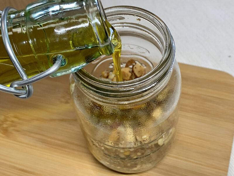 瓶にいれてエキストラバージンオリーブオイルを注ぎます