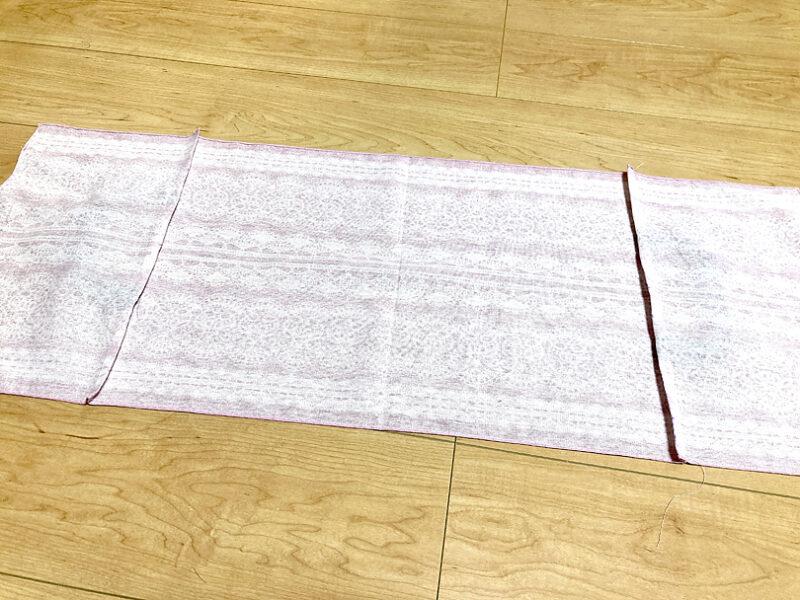 縫い代を布の中央(バッグの底部)に向かって倒します