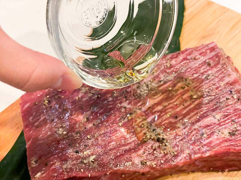 オリーブオイルでお肉をコーティング
