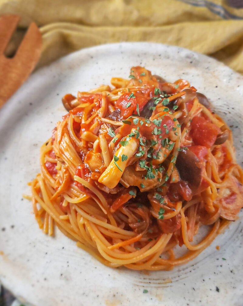 【プロが教えるパスタレシピ】アンチョビときのこのトマトソースパスタ