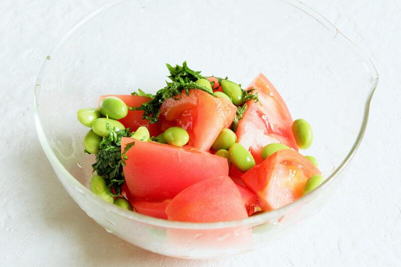 トマト、枝豆、大葉を入れる