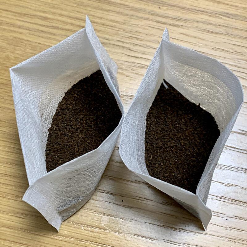 お茶パックに完全乾燥したコーヒーかすを入れる