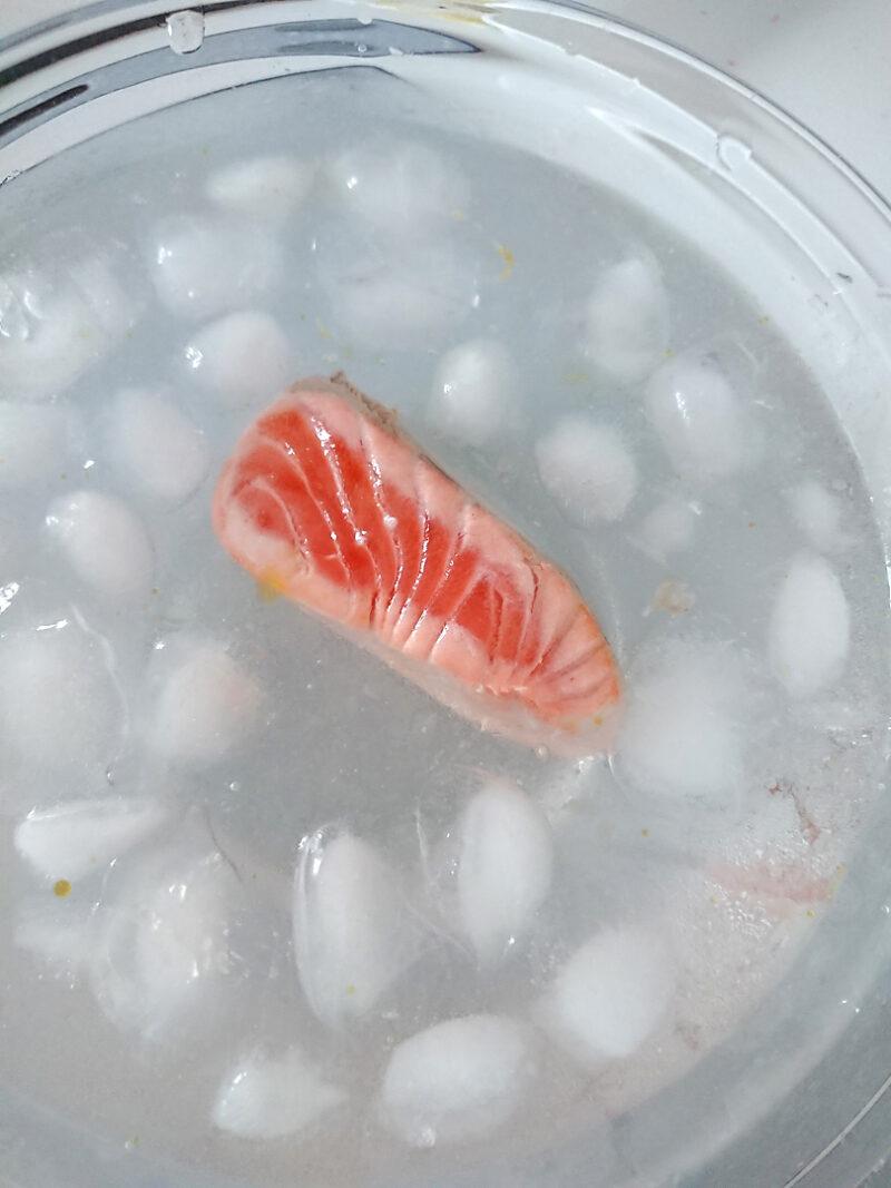素早く氷水のボウルの中に移す