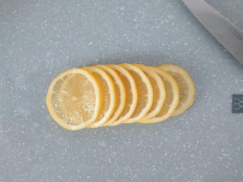 レモンは3mm程度の厚さにスライス
