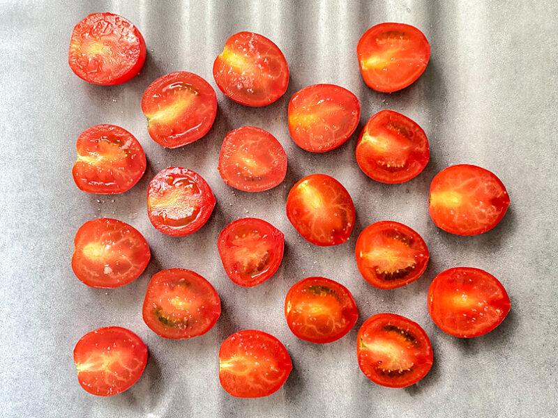 ミニトマトを並べ、軽く塩をふる