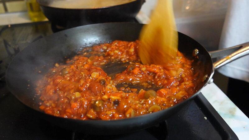 ケチャップ、ウスターソース、トマトダイスカット缶を入れて煮込む